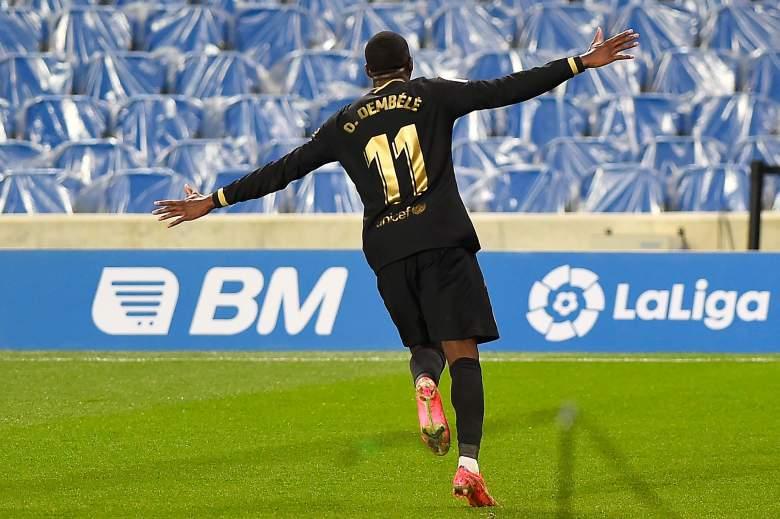 El centrocampista francés del Barcelona Ousmane Dembélé celebra tras marcar un gol durante el partido de fútbol de la Liga española entre la Real Sociedad y el Barcelona en el estadio de Anoeta de San Sebastián el 21 de marzo de 2021