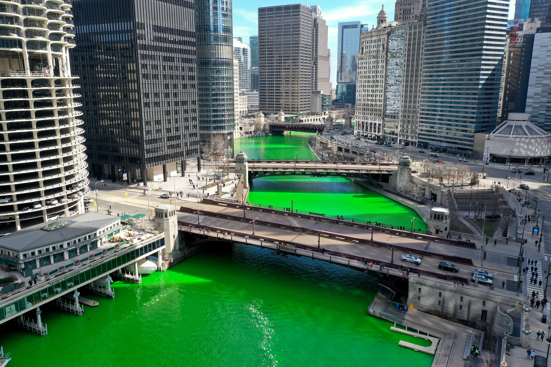 Una fotografía aérea tomada con un dron muestra el río Chicago mientras fluye por el centro de la ciudad después de ser teñido de verde en celebración del Día de San Patricio el 13 de marzo de 2021 en Chicago, Illinois.