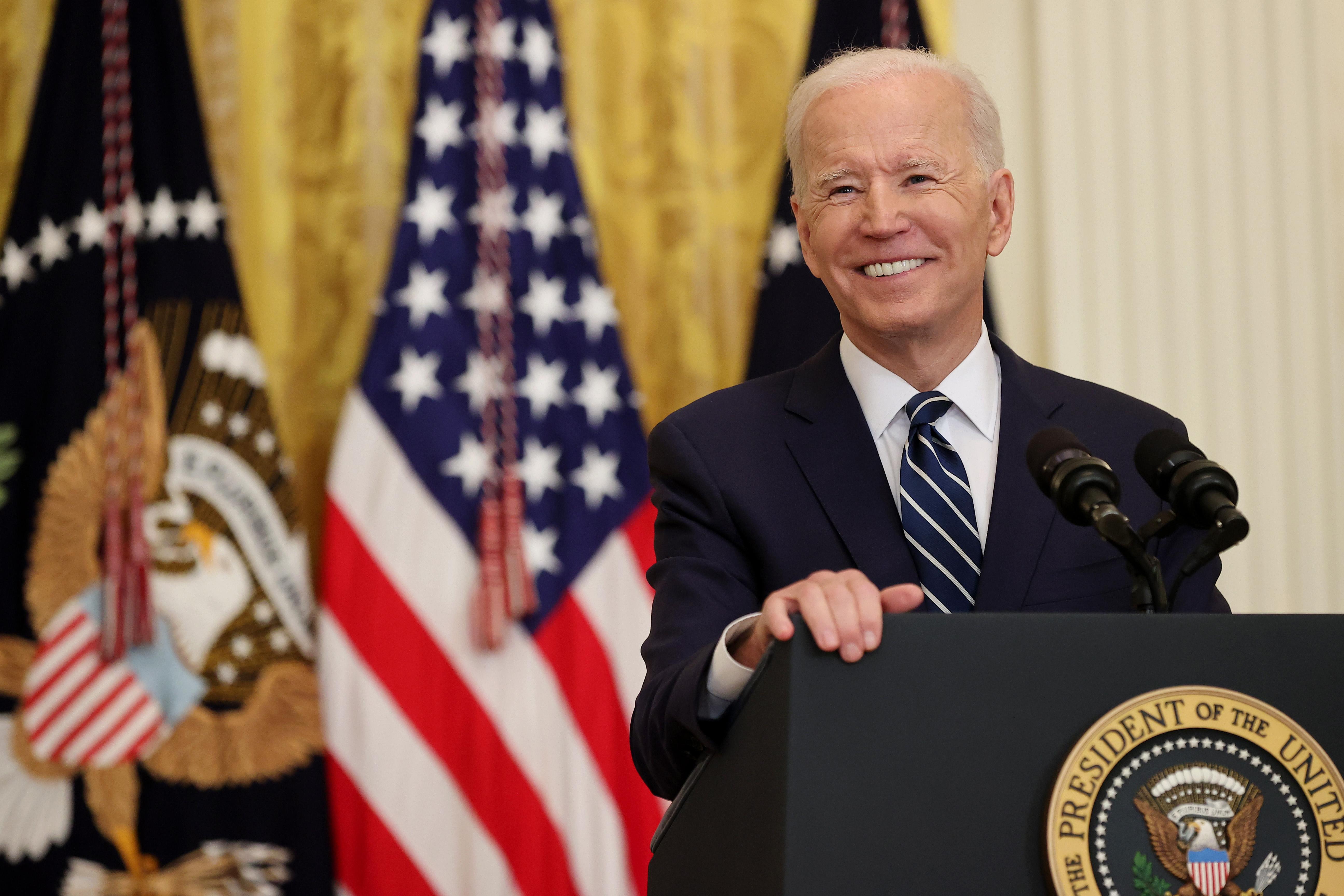 El presidente estadounidense Joe Biden sonríe durante la primera conferencia de prensa de su presidencia en el East Room de la Casa Blanca el 25 de marzo de 2021 en Washington, DC.