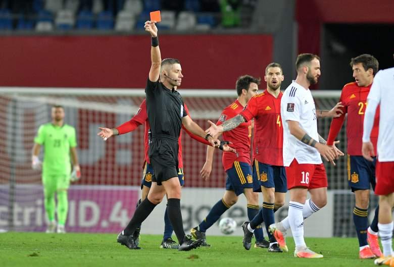 Árbitro del partido, Radu Marian Petrescu muestra una tarjeta roja a Levan Shengelia de Georgia durante el partido de clasificación de Qatar para la Copa Mundial de la FIFA 2022 entre Georgia y España