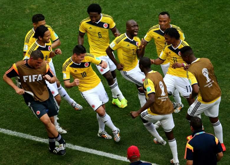 James Rodríguez # 10 de Colombia celebra bailando con sus compañeros de equipo después de anotar el primer gol de su equipo durante la Copa Mundial de la FIFA Brasil 2014 Grupo C partido entre Colombia y Costa de Marfil en el Estadio Nacional el 19 de junio de 2014 en Brasilia, Brasil.