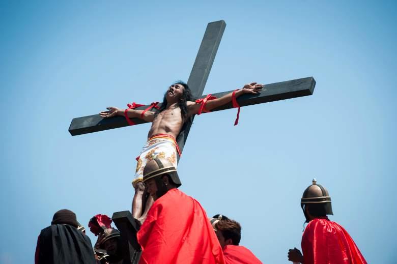 Un devoto católico es izado a una cruz por los participantes durante una recreación de la crucifixión de Cristo el Viernes Santo el 3 de abril de 2015 en la aldea de San Pedro Cutud en la provincia de Pampanga, Filipinas.