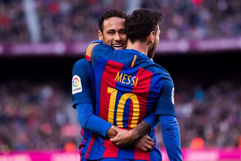 Lionel Messi (R) del FC Barcelona celebra con su compañero Neymar Santos Jr después de anotar el segundo gol de su equipo durante el partido de La Liga entre el FC Barcelona y el Athletic Club en el estadio Camp Nou el 4 de febrero de 2017 en Barcelona , España.