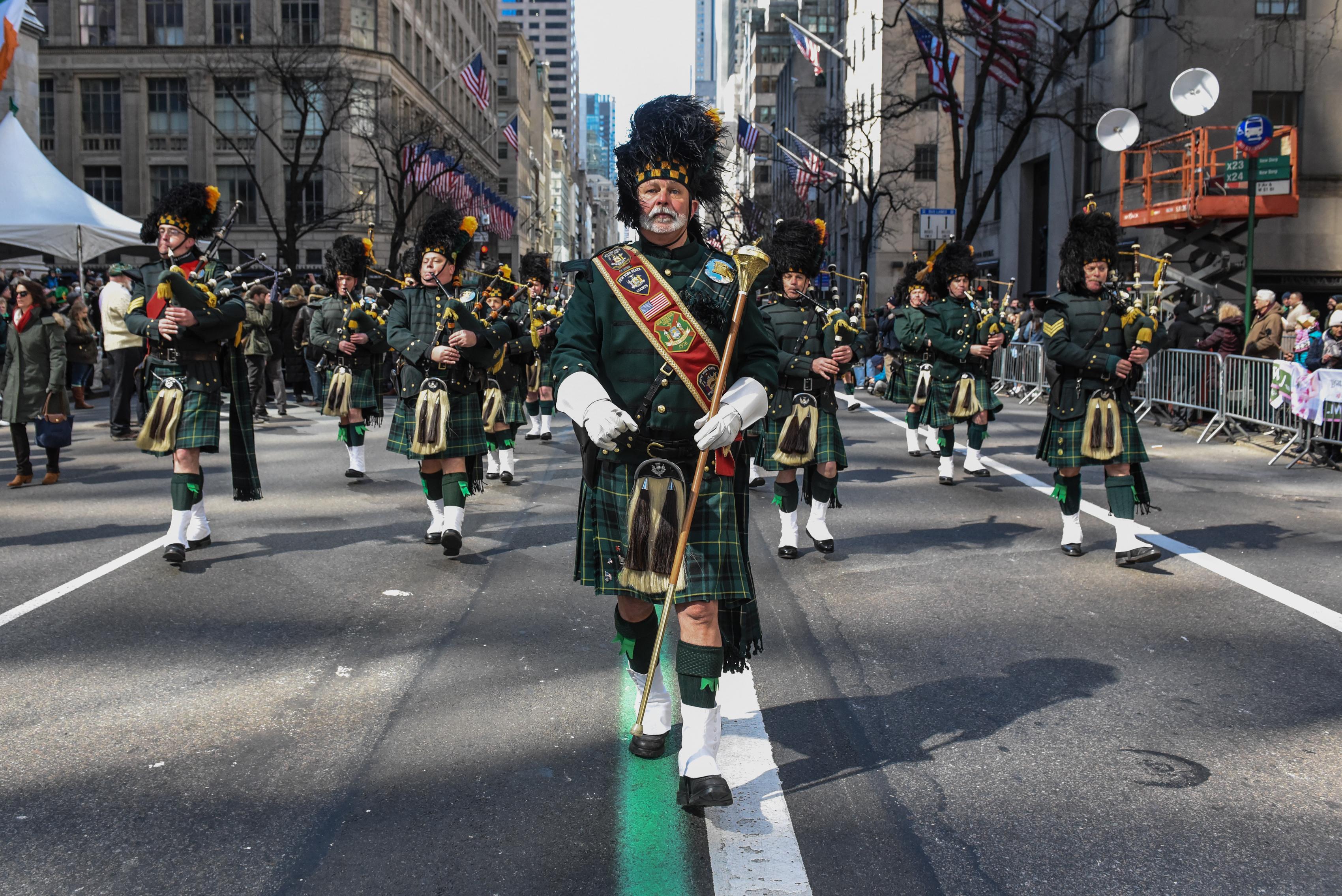 Una banda de música participa en el desfile anual del Día de San Patricio a lo largo de la Quinta Avenida el 17 de marzo de 2018 en la Ciudad de Nueva York.