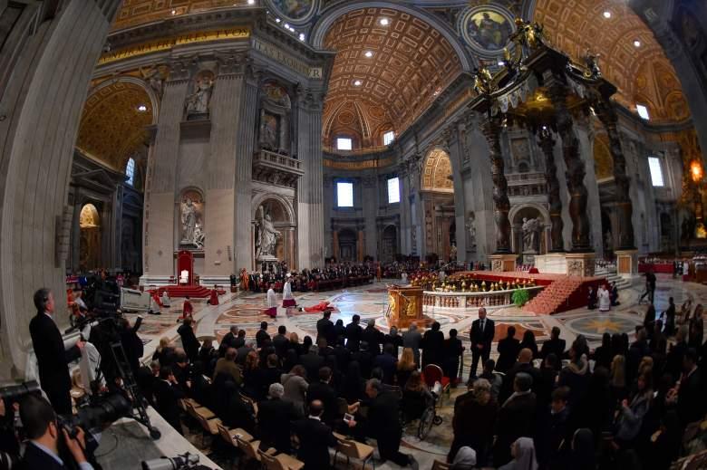 El Papa Francisco yace en el suelo para rezar durante la Celebración de la Pasión del Señor el Viernes Santo en la basílica de San Pedro, el 30 de marzo de 2018 en el Vaticano.