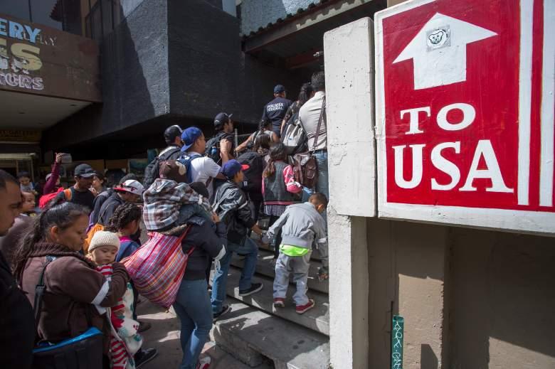 Miembros de una caravana de centroamericanos que pasaron semanas viajando por México caminan desde México hasta el lado estadounidense de la frontera para pedir asilo a las autoridades el 29 de abril de 2018 en Tijuana, Baja California Norte, México.