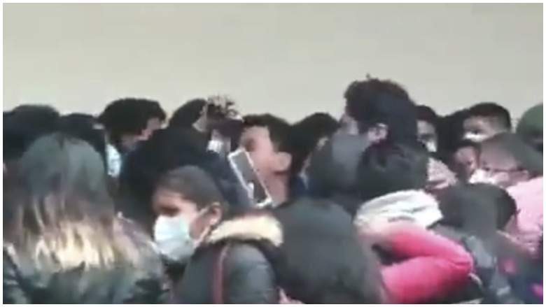Vídeo capta caída de estudiantes desde un balcón en Bolivia [VIDEO]