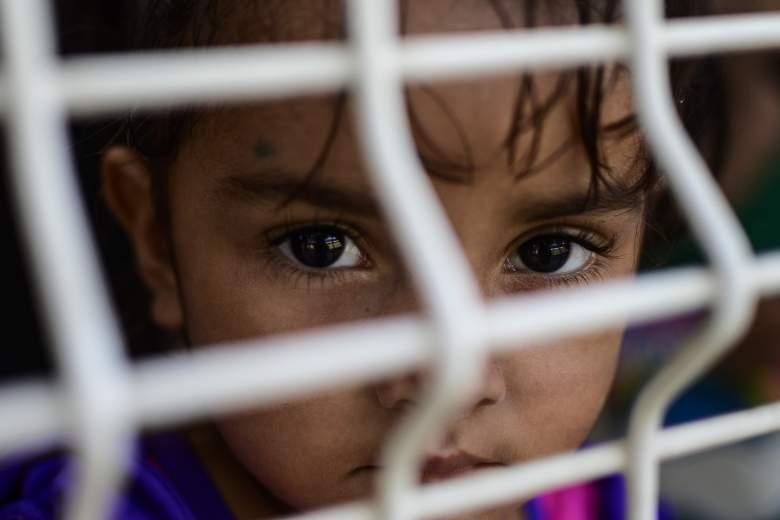 Una niña espera que le den asilo o una visa humanitaria en la oficina de inmigración en el puente internacional México-Guatemala en Ciudad Hidalgo, Estado de Chiapas, México, el 6 de junio de 2019.