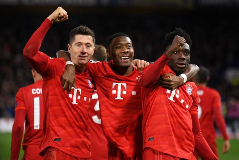 Robert Lewandowski del Bayern Munich celebra con David Alaba y Alphonso Davies después de marcar el tercer gol de su equipo durante la ronda de la Liga de Campeones de la UEFA