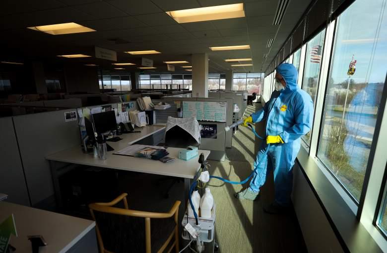 Conner Reed, el empleado de los servicios de limpieza y reducción de Maryland, realiza un tratamiento preventivo de nebulización y toallitas húmedas en un edificio de oficinas el 21 de marzo de 2020 en Hunt Valley, Maryland.