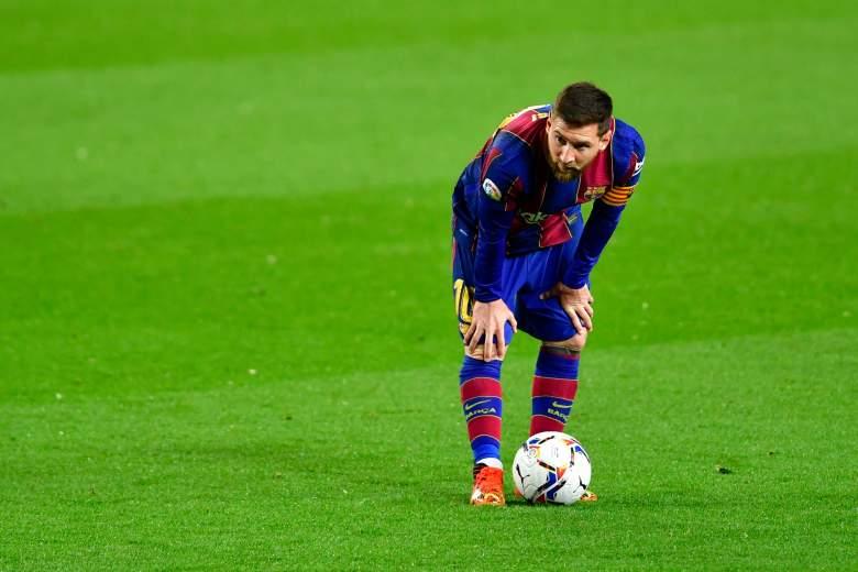 El delantero argentino del Barcelona Lionel Messi observa durante el partido de fútbol de la Liga española entre el FC Barcelona y el Real Valladolid FC en el estadio Camp Nou de Barcelona el 5 de abril de 2021