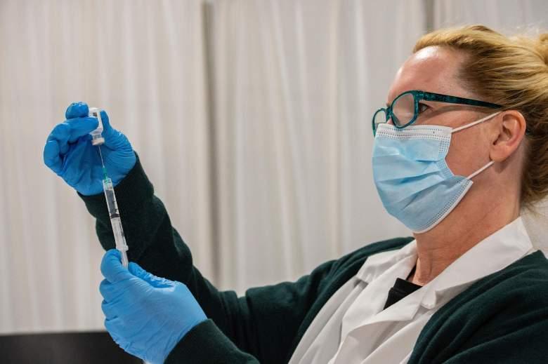 La farmacéutica Kathie McDonough reconstituye la vacuna Pfizer-BioNTech Covid-19 mientras llena las jeringas con la vacuna para el público entrante en el Centro de Vacunación Covid-19 de UMass Memorial Health Care en el Mercantile Center en Worcester, Massachusetts, el 22 de abril de 2021.