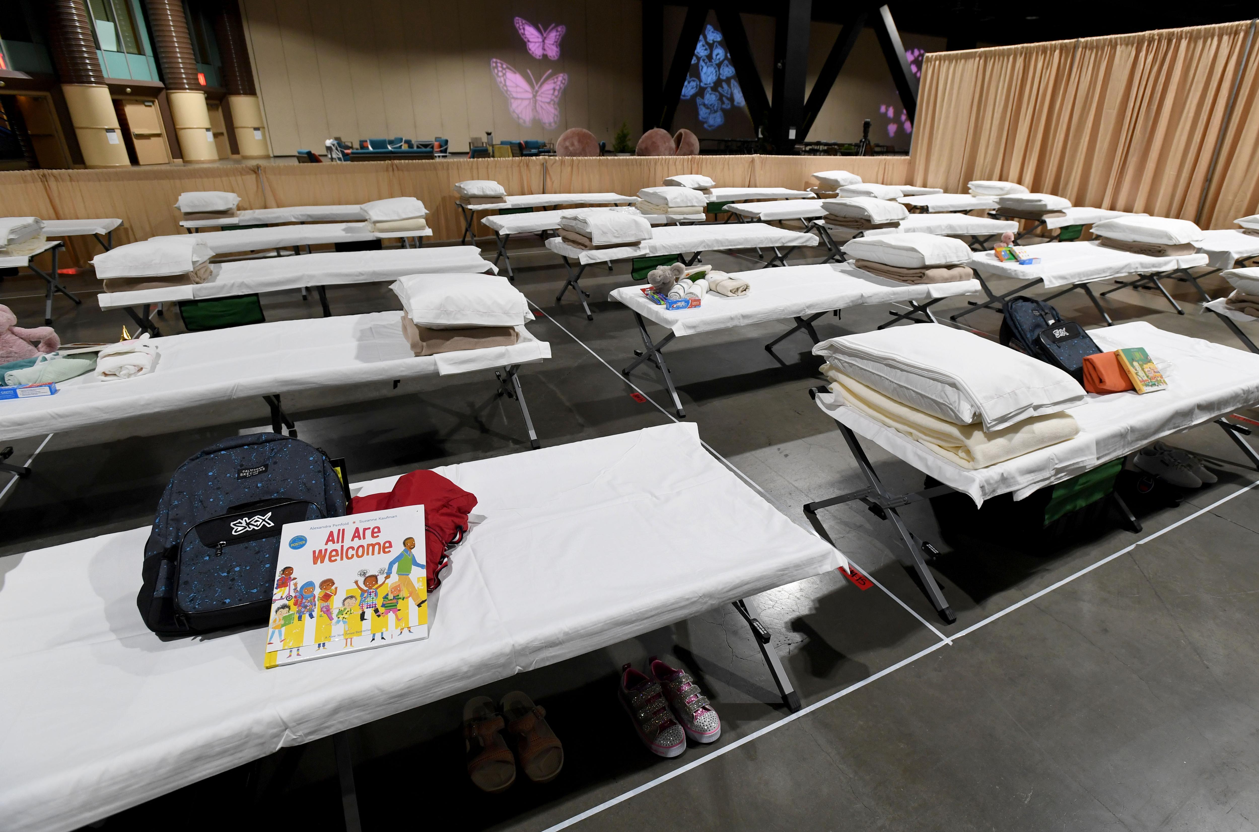 Los dormitorios instalados dentro del Salón de Exhibición B para niños migrantes se muestran durante un recorrido por el Centro de Convenciones de Long Beach el 22 de abril de 2021 en Long Beach, California.
