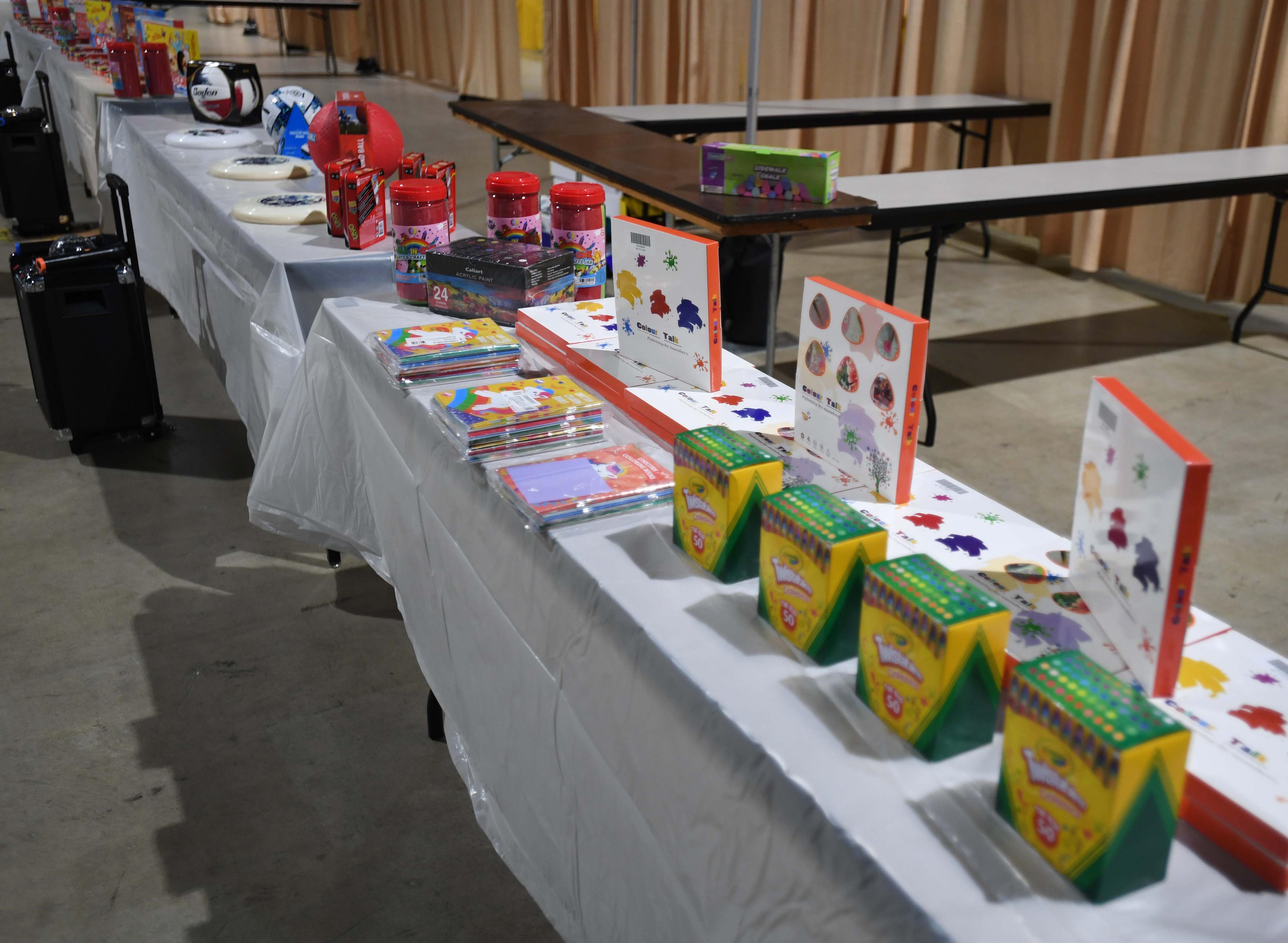 Los artículos recreativos a los que los niños migrantes tendrán acceso se muestran durante un recorrido por el Centro de Convenciones de Long Beach el 22 de abril de 2021 en Long Beach, California.