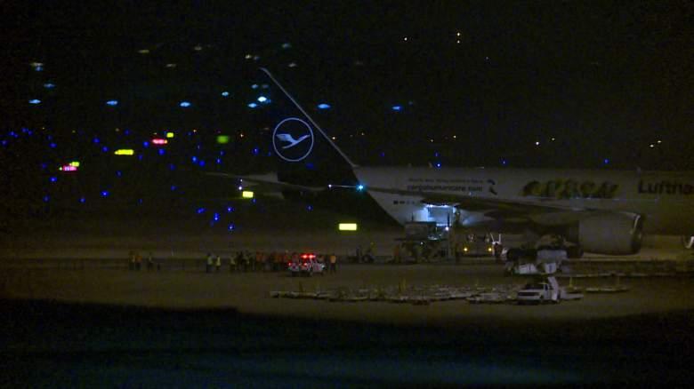 Captura de pantalla que muestra un avión de Lufthansa que transportaba 50.000 dosis de la vacuna china Sinovac contra COVID-19 donada a Conmebol al aterrizar en el Aeropuerto Internacional Carrasco en Ciudad de la Costa, Uruguay, el 28 de abril de 2021.