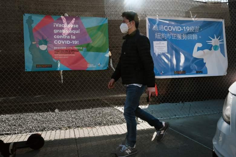 La gente camina por un letrero para un lugar de vacunación Covid el 29 de marzo de 2021 en el distrito de Brooklyn de la ciudad de Nueva York.