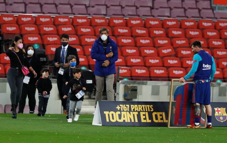 Lionel Messi del FC Barcelona recibe una camiseta firmada y enmarcada para conmemorar su récord de 768 apariciones antes del partido de La Liga Santander entre el FC Barcelona y el Real Valladolid CF en el Camp Nou el 05 de abril , 2021 en Barcelona, España.