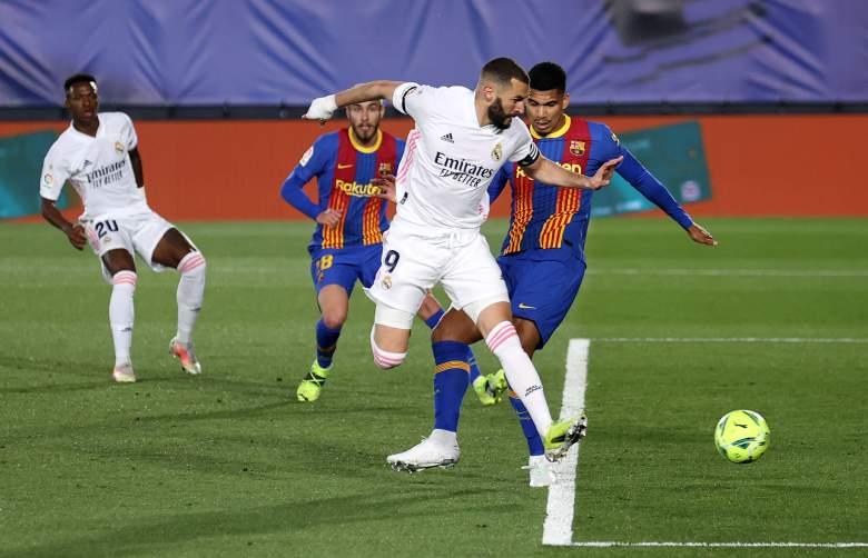 Karim Benzema del Real Madrid anota el primer gol de su lado durante el partido de La Liga Santander entre el Real Madrid y el FC Barcelona en el Estadio Alfredo Di Stefano el 10 de abril de 2021 en Madrid, España.