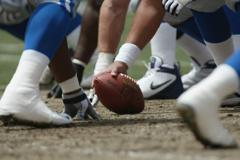 Detalle de la pelota antes del complemento durante el juego de la NFL entre los Miami Dolphins y los Detroit Lions el 8 de septiembre de 2002 en el Pro Player Stadium de Miami, Florida.