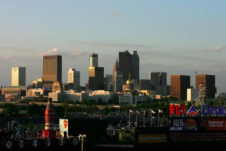 El horizonte de Atlanta se encuentra más allá del Turner Field antes del inicio de los Mets de Nueva York contra los Bravos de Atlanta durante el juego inaugural de la temporada en casa de los Bravos en Turner Field el 6 de abril de 2007 en Atlanta, Georgia.