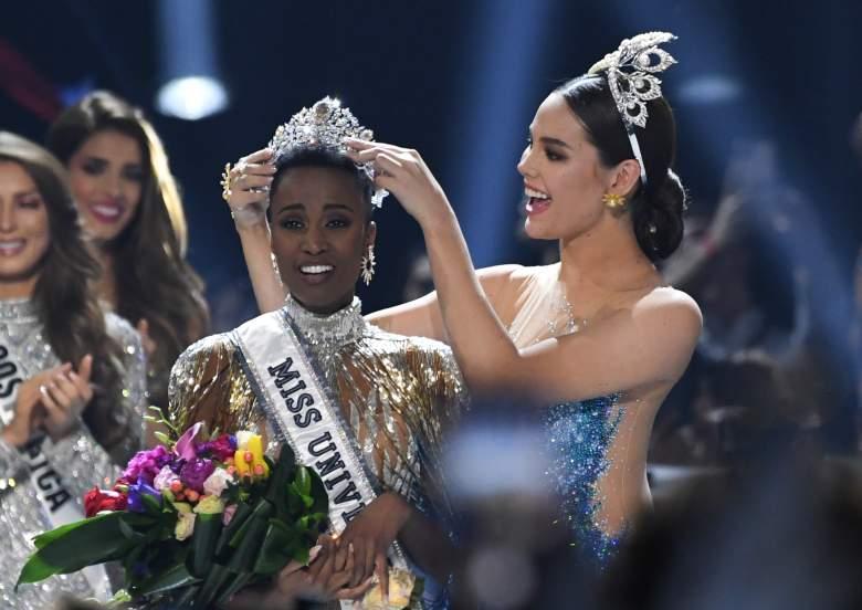 Miss Universo 2018 Filipinas Catriona Gray (R) corona a la nueva Miss Universo 2019 de Sudáfrica Zozibini Tunzi en el escenario durante el certamen de Miss Universo 2019 en los estudios Tyler Perry en Atlanta, Georgia, el 8 de diciembre de 2019