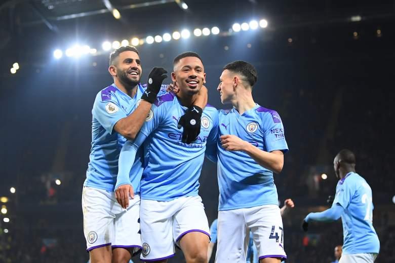 Gabriel Jesus de Manchester City celebra con su equipo después de marcar el primer gol de su lado durante el partido de la Premier League entre Manchester City y Everton FC en el estadio Etihad Stadium el 1 de enero de 2020 en Manchester, Reino Unido.