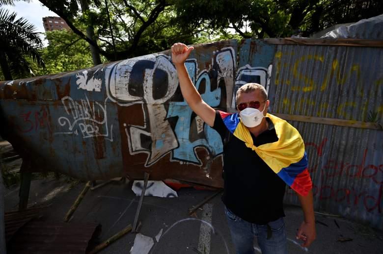 Manifestantes bloquean una calle con barricada para protestar contra un proyecto de reforma tributaria lanzado por el presidente Iván Duque, en Cali, Colombia, el 3 de mayo de 2021.