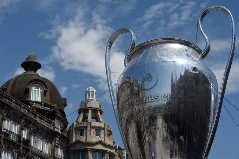 Una réplica inflable gigante del trofeo de la Liga de Campeones de la UEFA se muestra en la avenida Aliados de Oporto, el 28 de mayo de 2021, en vísperas del último partido de fútbol entre Manchester City y Chelsea en el estadio Dragao.