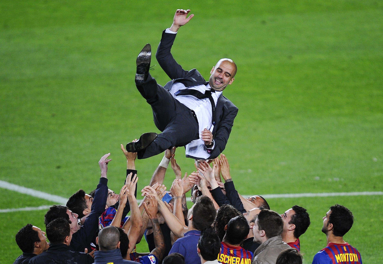 Los jugadores del FC Barcelona lanzan a Josep Guardiola a su entrenador en el aire al final del partido de La Liga entre el FC Barcelona y el RCD Espanyol en el Camp Nou el 5 de mayo de 2012 en Barcelona, España.