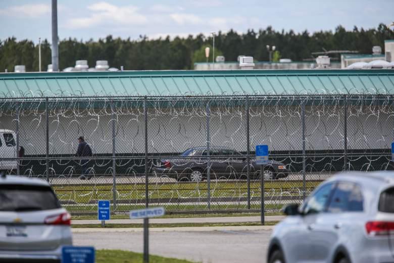 La Institución Correccional Lee, en Bishopville, Carolina del Sur, permanece cerrada el 16 de abril de 2018, luego de que un motín nocturno mató a siete y también hirió a otros diecisiete reclusos.