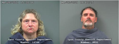 Rhonda Staggs (izquierda), Thomas Staggs. Fotos de la cárcel del condado de Lyon