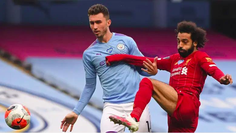 El defensa del Man City, Aymeric Laporte, se enfrenta a Mohamed Salah