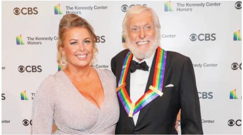Dick Van Dyke y su esposa Arlene Silver asisten a la 43a edición de los Kennedy Center Honors el 21 de mayo de 2021 en Washington, DC.
