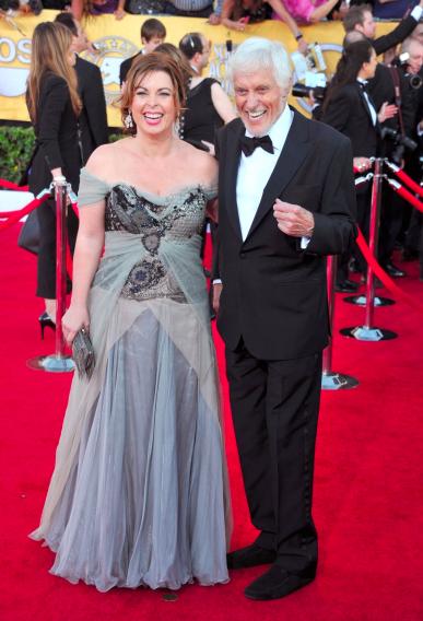 Arlene Silver y Dick Van Dyke llegan a la 18a entrega anual de los Screen Actors Guild Awards el 29 de enero de 2012 en Los Ángeles, California.
