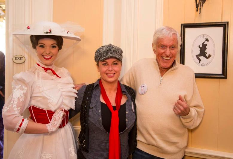 En esta fotografía proporcionada por los Parques Disney, la leyenda de Disney Dick Van Dyke, su esposa Arlene Silver y Mary Poppins celebran su 90 cumpleaños en Disneyland el 13 de diciembre de 2015.