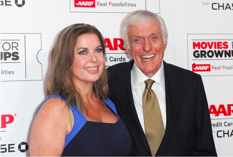 Dick Van Dyke y Arlene Silver asisten a los premios Movies For Grownups de AARP el 8 de febrero de 2016 en Beverly Hills, California.