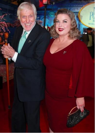 Dick Van Dyke y Arlene Silver asisten al estreno de 'El regreso de Mary Poppins' de Disney el 29 de noviembre de 2018 en Los Ángeles, California.