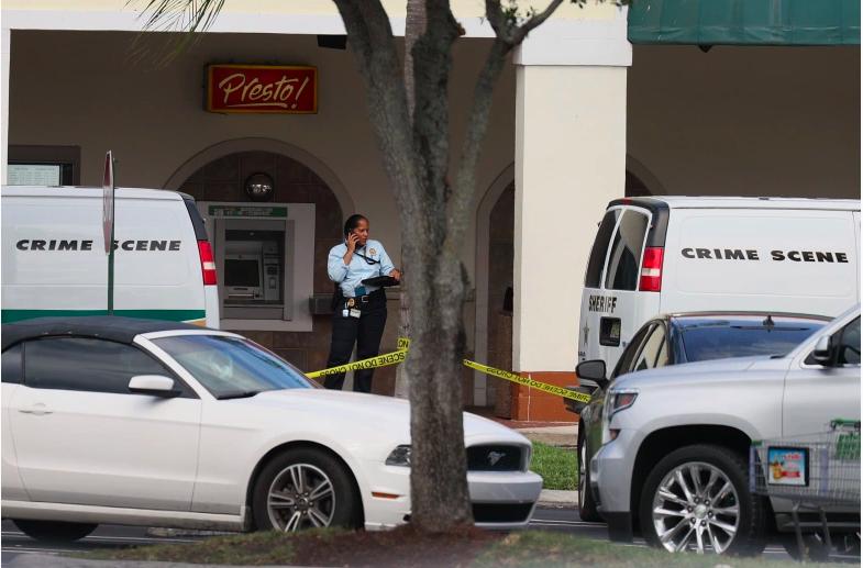 Un oficial se encuentra afuera de un supermercado Publix donde una mujer, un niño y un hombre fueron encontrados muertos a tiros el 10 de junio de 2021 en Royal Palm Beach, Florida. Los funcionarios encargados de hacer cumplir la ley continúan investigando la escena del crimen en busca de pistas sobre por qué ocurrió el tiroteo.
