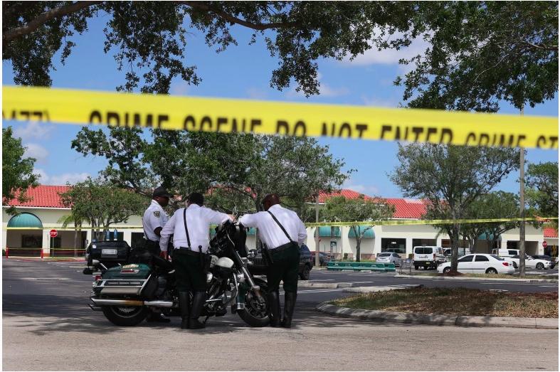 Los oficiales del alguacil del condado de Palm Beach se encuentran afuera de un supermercado Publix donde una mujer, un niño y un hombre fueron encontrados muertos a tiros el 10 de junio de 2021 en Royal Palm Beach, Florida. Los funcionarios encargados de hacer cumplir la ley continúan investigando la escena del crimen en busca de pistas sobre por qué ocurrió el tiroteo.