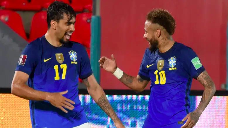 Lucas Paquetá de Brasil celebra con su compañero Neymar.