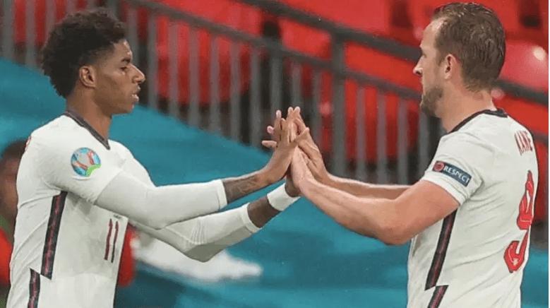 El delantero inglés Harry Kane le da la mano al delantero Marcus Rashford.