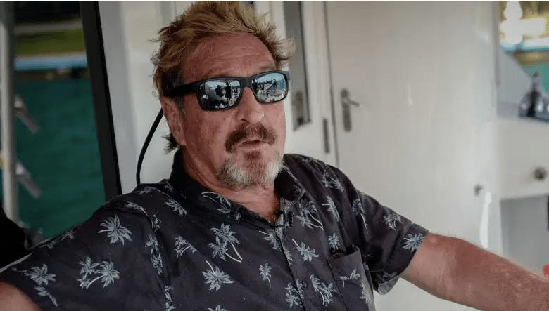 John McAfee gesticula durante una entrevista con AFP en su yate anclado en la Marina Hemingway de La Habana, el 26 de junio de 2019.