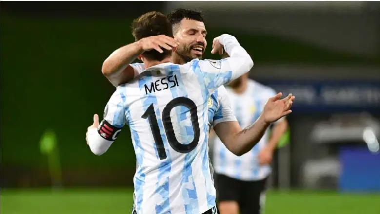 Lionel Messi y Sergio Agüero celebran en la Copa América