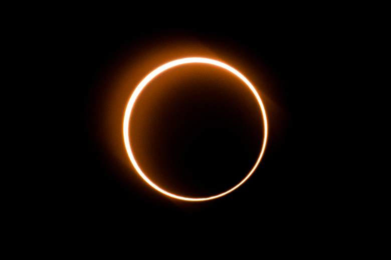 """La luna se mueve frente al sol en un raro eclipse solar de """"anillo de fuego"""" visto desde Tanjung Piai, Malasia, el 26 de diciembre de 2019."""