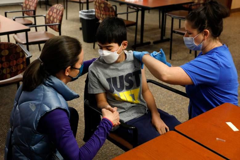 Pfizer avanza en pruebas de vacunas COVID en bebés y niños