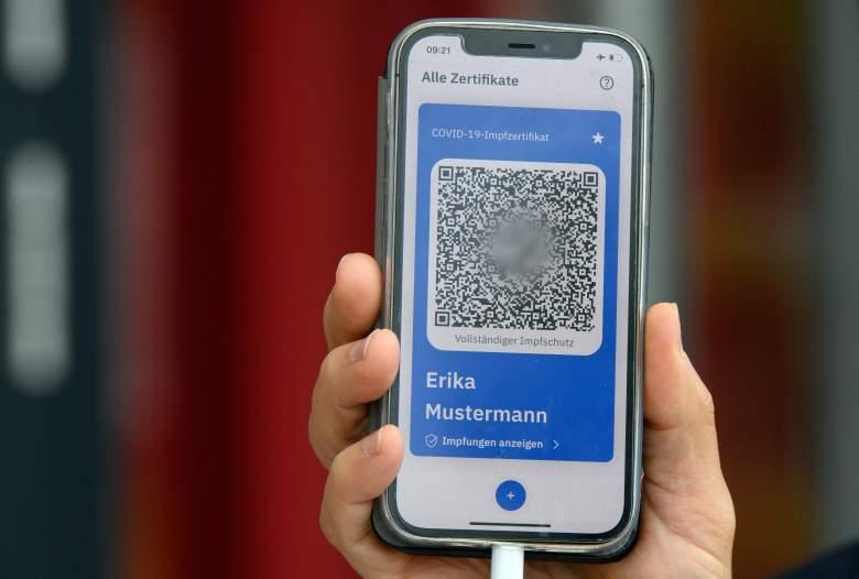Un hombre presenta un teléfono móvil con el modelo de un pasaporte de vacunación digital (CovPass) durante un evento mediático en el centro de vacunación de Babelsberg en Potsdam, cerca de Berlín, noreste de Alemania, el 27 de mayo de 2021, en medio de la nueva pandemia de coronavirus / COVID-19