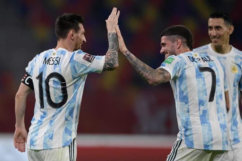 Lionel Messi celebra tras anotar el gol de su equipo con Rodrigo De Paul durante el Argentina y Chile de Clasificatorios Sudamericanos para Qatar 2022 en el Estadio Único Madre de Ciudades en Santiago del Estero, Argentina.