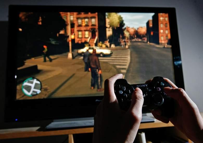 Un joven juega Grand Theft Auto IV en el día de lanzamiento del juego el 29 de abril de 2008 en Londres, Inglaterra.