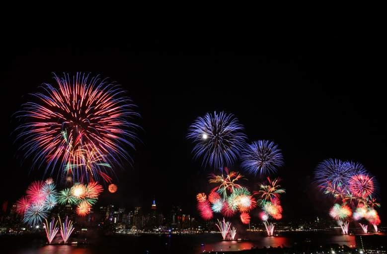 La ligne d'horizon de la ville de New York est vue au loin alors que des feux d'artifice explosent au-dessus de la rivière Hudson lors du spectacle pyrotechnique de Macy's le 4 juillet 2009 à Weehawken, New Jersey.