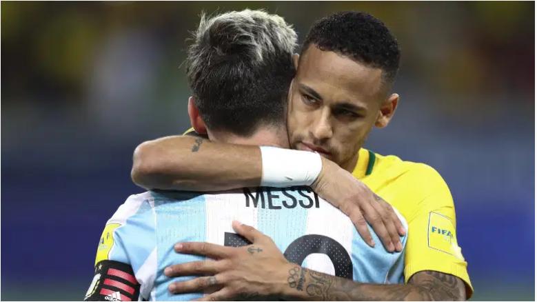 Neymar y Messi se abrazan durante una eliminatoria mundialista